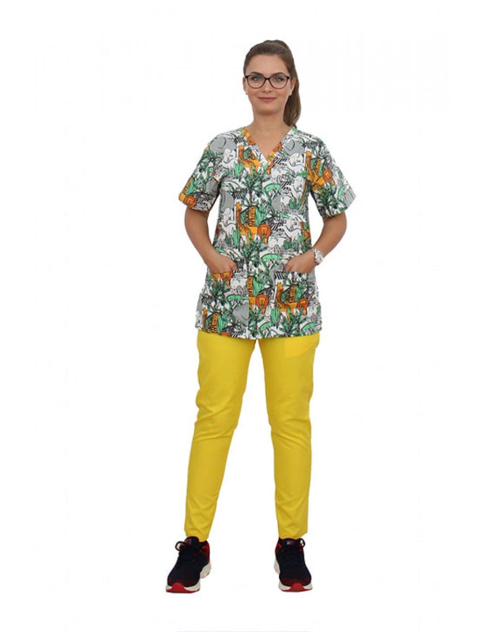 Costum medical Jungle, cu bluza cu imprimeu si pantaloni galbeni cu elastic