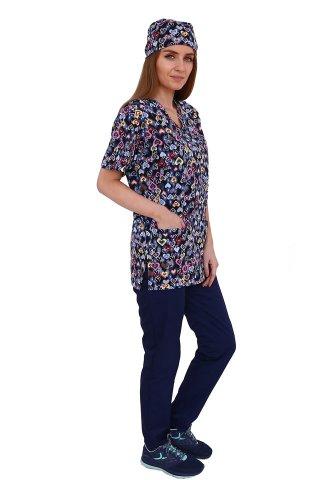 Costum medical Hearts, cu bluza cu imprimeu si pantaloni bleumarin cu elastic