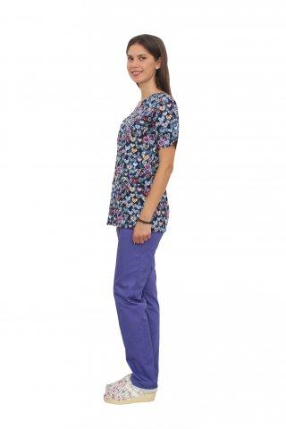 Costum medical Hearts, cu bluza cu imprimeu si pantaloni mov cu elastic