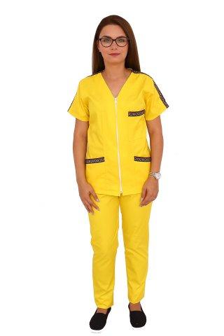 Costum medical cu motive traditionale, cu bluza si pantaloni galbeni cu elastic
